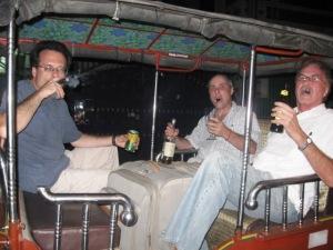 Tres hombres de fumar en una limusina