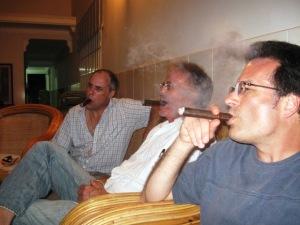 Tres hombres de fumar