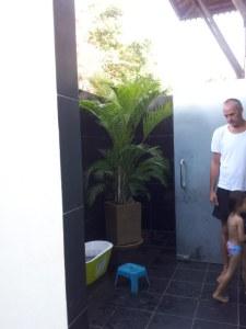 Outdoor bathroom. I want something similar at mum's house.
